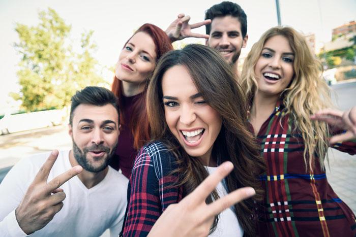 Selfie collectif - ambiance amusée